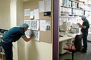 Nederland, Heerlen, 2-7-2004..Anesthesisten op de operatieafdeling, ok, o.k. in Atrium ziekenhuis Heerlen. gezondheidszorg, ok verpleegkundigen,  assistenten, chirurgie, kosten, wachtlijsten, instrumenten, Medisch specialist, ziekte, transplantatie, donor, anesthesie..Foto: Flip Franssen