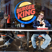 Nederland Rotterdam 21-03-2009 20090321Foto: David Rozing ..Jongen eet hamburger bij Burger king Boy eating hamburger at Burger King ..Foto: David Rozing