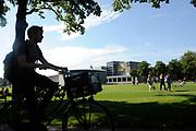 Prinses Maxima tijdens de bijeenkomst 'the digital age' in het Rijksmuseum. De prinses zal een toespraak houden tijdens de bijeenkomst 'the digital age', over betere toegankelijkheid van diensten en producten, voor mensen over de hele wereld.<br /> <br /> Op de foto:  Vondelpark met het van Gogh Museum