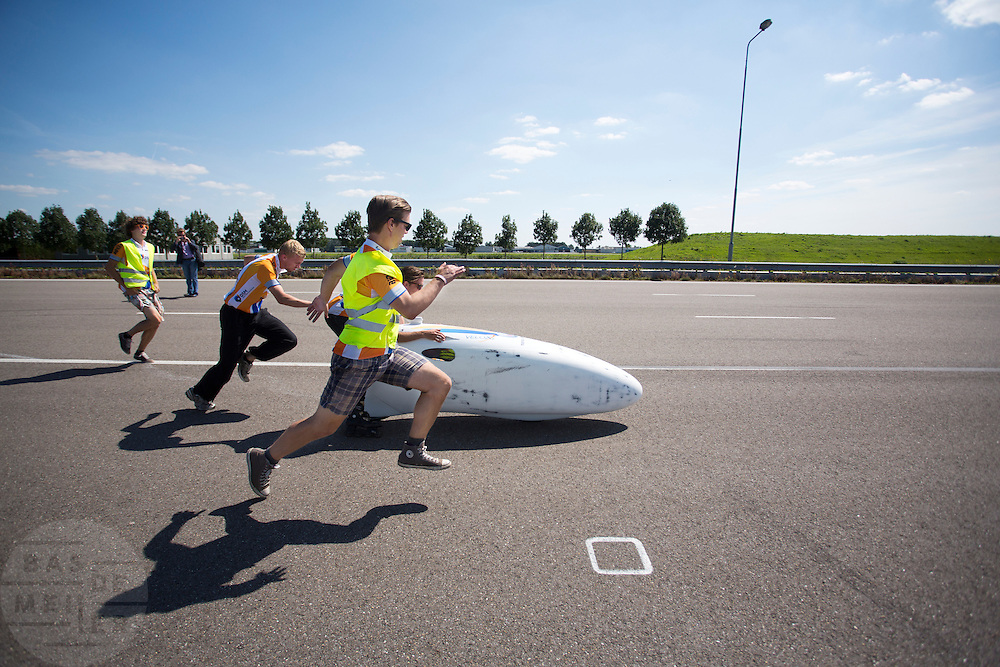 Teamleden begeleiden de VeloX2 tijdens de start. Het Human Power Team Delft en Amsterdam, bestaande uit studenten van de TU Delft en de VU Amsterdam, trainen op de RDW baan in Lelystad voor de laatste keer voor de recordpoging. In september wil het team met Jan Bos en Sebastiaan Bowier het snelheidsrecord op de fiets te verbreken. Dat record staat nu op 133 km/h.<br />
