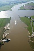 Nederland, Utrecht, Wijk bij Duurstede, 11-02-2008; kruising van het Amsterdam Rijnkanaal naar links en rechts met de rivier de Rijn; de Rijn heeft hier ter plaatse twee andere namen: Nederrijn (onder in beeld), en na de kruising (afbuigend naar rechtsboven) de Lek; de ronde vormen in het water zijn zwaaikommen en kunnen gebruikt worden door binnenvaartschepen om te keren; midden rechts het ronde gebouwtje de verkeerspost van Rijkswaterstaat die alle scheeps-bewegingen volgt, onder meer door middel van radar' onder in beeld de veeerpont naar Wijk bij Duurstede; Amsterdam Rijnkanaal;intersection of the Amsterdam-Rhine Canal (left and right) with the River Rhine, the Rhine has two other names: Nederrijn (bottom of image), and Lek Upper part); after crossing the round shapes in the water can be used by barges to reverse, lower right: traffic control of Rijkswaterstaat follows all ship movements, including -  by means of radar - Amsterdam Rhine Canal.luchtfoto (toeslag); aerial photo (additional fee required); .foto Siebe Swart / photo Siebe Swart
