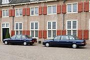 Prinses Leonore dochter , de jongste dochter van Prins Constantijn en  Prinses Laurentien is zondagochtend 8 oktober 2006 in  de kapel van Paleis Het Loo  in Apeldoorn gedoopt. / Princes Leonore, the jongest daughter of Prince Constantijn en Princes Laurentien, is baptist in Palace Het Loo in Apeldoorn.<br /> <br /> Op de foto / On the photo: De twee officile auto's van het konklijkhuis