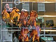 Londyn, 2009-03-05. Pub z pieczonymi kurczakami. Chińska dzielnica, Soho.