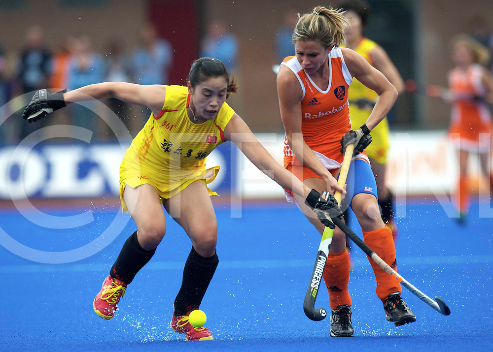 ARNHEM - Nederland v China vrouwen oefen interland<br /> Foto: Ellen Hoog terug in het Nederlands elftal duel met  Wei Ma.<br /> FFU PRESS AGENCY COPYRIGHT FRANK UIJLENBROEK