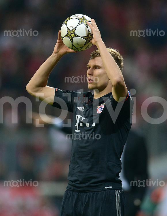 FUSSBALL   CHAMPIONS LEAGUE   SAISON 2012/2013   GRUPPENPHASE   FC Bayern Muenchen - FC Valencia                            19.09.2012 Einwurf von Holger Badstuber (FC Bayern Muenchen)