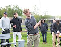 AMSTELVEEN - GOLF - Robert Tigges Par 3 wedstrijd tussen vier voetballers en vier hockeyers, tijdens de Amsterdam Golf Show op de golfbaan van Amsteldijk.  De hockeyers zijn Valentin Verga, Billy Bakker, Mirco Pruijser , Robert Tigges en  voetballers John Bosman, Barry van Galen, Mickey Van der Hart (Ajax) en Joël Veltman (Ajax). FOTO KOEN SUYK