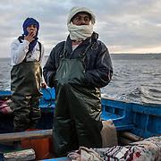 Rachid et Larbi se connaissent bien. Cela fait longtemps qu'ils pêchent ensemble.