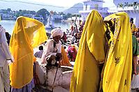 Inde - Rajasthan - foire de Pushkar - Pelerins autour du lac. // India. Rajasthan. Pushkar fair. Pilgims around the lake.