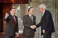 28.04.1999, Deutschland/Bonn:<br />  Gerhard Schröder, SPD, Bundeskanzler, und Hans Eichel, SPD, Bundesfinanzminister,  begrüßen Willem Frederik Duisenberg, Präsident der Europäischen Zentralbank, vor einem gemeinsamen Gespräch, Kanzler-Bungalow, Bundeskanzleramt, Bonn<br /> IMAGE: 19990428-01/02-10<br /> KEYWORDS: Gerhard Schroeder