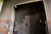 09.05.2013 Bialystok Kolejny w ciagu kilku tygodni rasistowski atak na cudzoziemca. W nocy nieznani sprawcy wybili szybe i podpalili drzwi mieszkania rodziny, do ktorej w odwiedziny przyjechala corka z mezem Hindusem. Ogien rozprzestrzenil sie bardzo szybko, tylko dzieki przytomej reakcji domownikow nie doszlo do tragedii. Po kwietniowym podpaleniu mieszkania czeczenskiej rodziny Biuro Wysokiego Komisarza Narodow Zjednoczonych ds Uchodzcow (UNHCR) zaapelowalo do wladz i policji o wykrycie i ukaranie sprawcow ataku N/z spalone drzwi mieszkania fot Michal Kosc / AGENCJA WSCHOD