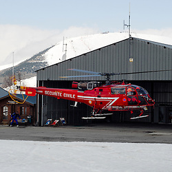 Activité du Peloton de Gendarmerie de Haute Montagne de l'Isère à l'aérodrome du Versoud et à l'altiport Henri Giraud de l'Alpe d'Huez. Entraînements, exercices et prise d'alerte sur les massifs montagneux de l'Isère grâce aux hélicoptères Dragon 38 de la Sécurité Civile.<br /> Mars & Avril 2008 / Le Versoud & Alpe d'Huez (38) / FRANCE