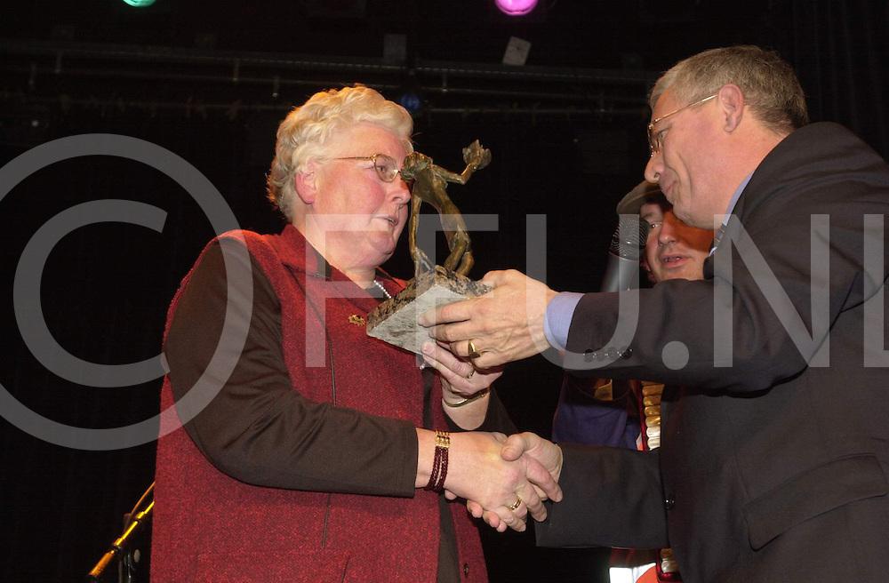 fotografie frank uijlenbroek©2001 frank uijlenbroek.011207 nijverdal ned.Verkiezing vrijwilliger van het jaar..foto: mevr. De Jonge-Faber (vrijwillgster v/h jaar) krijgt de prijs uitgereikt.