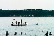 Nederland, Mook, 31-7-2002Jongeren zoeken verkoeling tegen de warmte in recreatiewater de Mookerplas. Zwemmen. Kwaliteit zwemwater. Hittegolf.Foto: Flip Franssen/Hollandse Hoogte