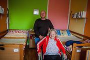 Die deutsche Rentnerin Olga Merkel mit ihrem Sohn Rudolf Merkel in ihrem Zimmer im Pflegeheim in Pilsen, Tschechische Republik.