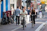 Fietsers rijden door de Nobelstraat in Utrecht.<br /> <br /> Cyclists at the Nobelstraat in Utrecht.