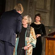 NLD/Amsterdam/20181127 - Koning reikt Erasmusprijs 2018 uit aan Barbara Ehrenreich, Koning Willem Alexander hangt de versierselen om bij Barbara Ehrenreich