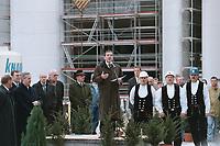 22 OCT 1999, BERLIN/GERMANY:<br /> Gerhard Schröder, Bundeskanzler, hält eine Rede anläßlich des Richtfest des neuen Bundeskanzleramtes, vor den Verantwortlichen und den Polieren, Baustelle Bundeskanzleramt<br /> IMAGE: 19991022-01/01-05<br /> KEYWORDS: Gerhard Schröder, Kanzleramt