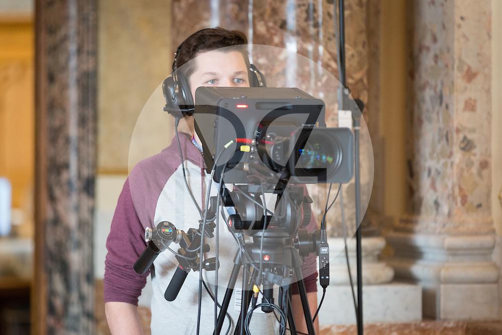SCHWEIZ - BERN - Plenarsitzung der eidgenössischen Jugendsession im Bundeshaus, hier das TV-Studio - 13. November 2016 © Raphael Hünerfauth - http://huenerfauth.ch