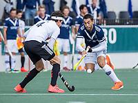 AMSTELVEEN -  Martin Ferreiro (Pinoke) met Johannes Mooij (Amsterdam)     tijdens   hoofdklasse hockeywedstrijd mannen,  AMSTERDAM-PINOKE (1-3) , die vanwege het heersende coronavirus zonder toeschouwers werd gespeeld.  COPYRIGHT KOEN SUYK