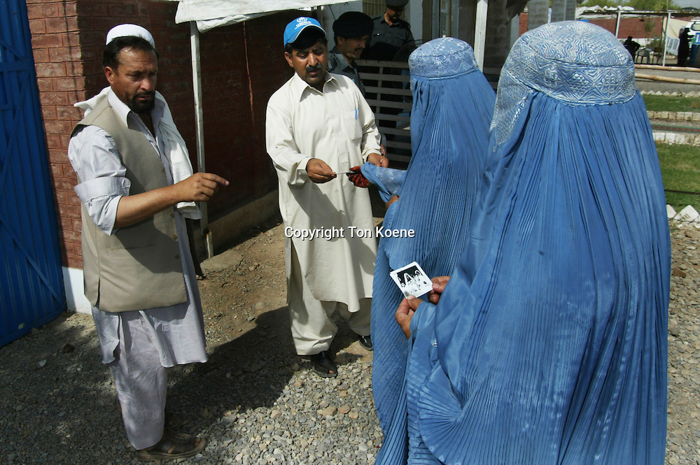 Afghanistani refugees in pakistan are being forced to go back home