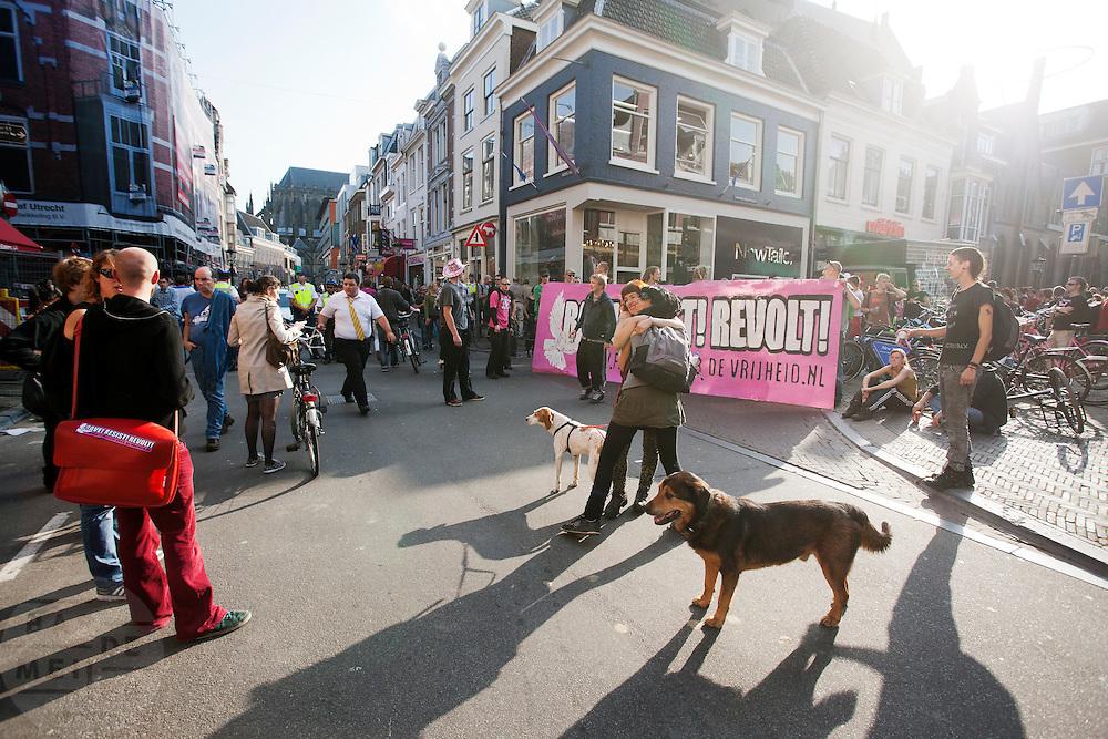 Meer dan duizend mensen lopen en dansen mee met de streetrave in Utrecht. De Utrechtse kraakbeweging wilde op een positieve manier laten weten het niet eens te zijn met het kabinetsbeleid. De naam van de tocht, Partijtje van de Vrijheid, refereert aan de PVV.<br /> <br /> More than thousand people are dancing and demonstrating in Utrecht. Organized by squatters in Utrecht, they want to protest against the Dutch government in a positive way.