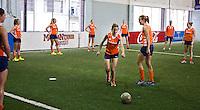 TUCUMAN  Argentinie - Het Nederlands vrouwen hockeyteam bracht de ochtend op de rustdag door met het uitlopen en een partijtje voetbal op een indoor voetbalveldje in de stad. In het midden Ellen Hoog en Maartje PaumenANP KOEN SUYK