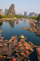 Chine, Province du Guangxi, region de Guilin, montagnes en forme de pains de sucre, riviere Li, region de Yangshuo // China, Guangxi province, Guilin, Karst Mountain Landscape and Li river around Yangshuo