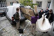 """Octobre 2007. Vie quotidienne au squat """"Cité U Montparnasse"""" ouvert par les associations MACAQ et Jeudi noir. Emménagement."""