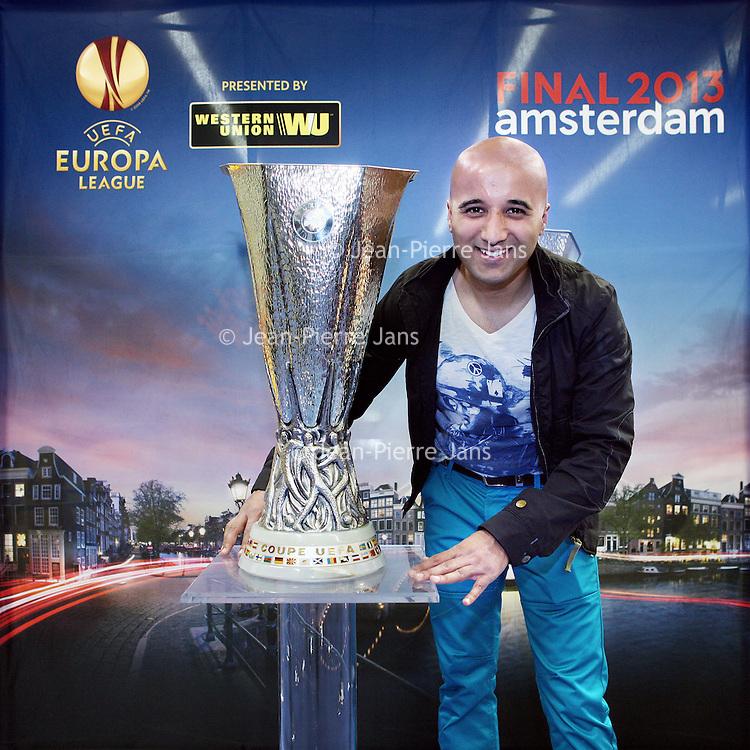 Nederland, Amsterdam , 9 mei 2013.<br /> De Europa Leaguebeker , oftewel UEFA beker was in de Sporthallen Zuid te bewonderen.<br /> Op de foto: Ajamal Haniftahmas uit Rotterdam met de beker .<br /> Foto:Jean-Pierre Jans
