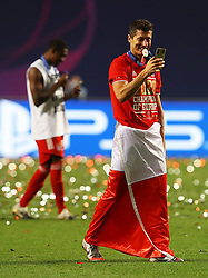 LISBON, PORTUGAL - Sunday, August 23, 2020: FC Bayern Munich's Robert Lewandowski celebrates with a Poland flag and the European Cup trophy as Bayern win it for the sixth time after the UEFA Champions League Final between FC Bayern Munich and Paris Saint-Germain at the Estadio do Sport Lisboa e Benfica. FC Bayern Munich won 1-0. (Credit: ©UEFA)