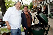 Boekpresentatie Smart BBQ van Julius Jaspers bij Restaurant Visaandeschelde, Amsterdam.<br /> <br /> Op de foto:  Julius Jaspers en Martijn Krabbe