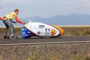De VeloX4 met Christien Veelenturf is van start bij de kwalificaties. Bij de tweede poging haalt ze 94,4 km/h. Het Human Power Team Delft en Amsterdam (HPT), dat bestaat uit studenten van de TU Delft en de VU Amsterdam, is in Amerika om te proberen het record snelfietsen te verbreken. Momenteel zijn zij recordhouder, in 2013 reed Sebastiaan Bowier 133,78 km/h in de VeloX3. In Battle Mountain (Nevada) wordt ieder jaar de World Human Powered Speed Challenge gehouden. Tijdens deze wedstrijd wordt geprobeerd zo hard mogelijk te fietsen op pure menskracht. Ze halen snelheden tot 133 km/h. De deelnemers bestaan zowel uit teams van universiteiten als uit hobbyisten. Met de gestroomlijnde fietsen willen ze laten zien wat mogelijk is met menskracht. De speciale ligfietsen kunnen gezien worden als de Formule 1 van het fietsen. De kennis die wordt opgedaan wordt ook gebruikt om duurzaam vervoer verder te ontwikkelen.<br /> <br /> The VeloX4 with Christien Veelenturf  at the start of the qualifications. WIth her second attempt she rides 59.92 mph. The Human Power Team Delft and Amsterdam, a team by students of the TU Delft and the VU Amsterdam, is in America to set a new  world record speed cycling. I 2013 the team broke the record, Sebastiaan Bowier rode 133,78 km/h (83,13 mph) with the VeloX3. In Battle Mountain (Nevada) each year the World Human Powered Speed ??Challenge is held. During this race they try to ride on pure manpower as hard as possible. Speeds up to 133 km/h are reached. The participants consist of both teams from universities and from hobbyists. With the sleek bikes they want to show what is possible with human power. The special recumbent bicycles can be seen as the Formula 1 of the bicycle. The knowledge gained is also used to develop sustainable transport.