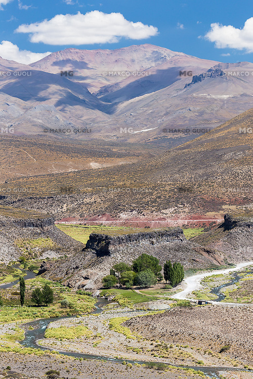 VISTA HACIA LA CORDILLERA DE LOS ANDES AL OESTE DESDE EL CASTILLO MAYOR DE LOS CASTILLOS DE PINCHEIRA DEL RIO MALARGUE, LA RUTA 153 Y UNA FINCA, RESERVA NATURAL CASTILLOS DE PINCHEIRA, MALARGUE, PROVINCIA DE MENDOZA, PATAGONIA, ARGENTINA (PHOTO © MARCO GUOLI - ALL RIGHTS RESERVED)