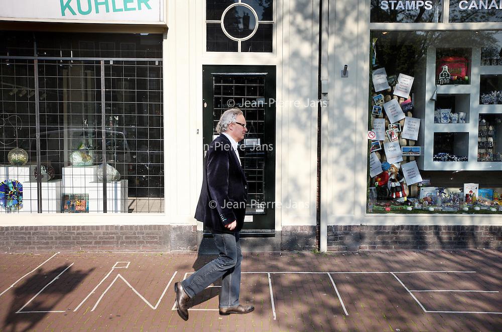Nederland, Amsterdam , 23 april 2014.<br /> Bezetbordjes van allerlei plumage voor de vrijmarkt tijdens Koningsdag zoals hier de naam van Linette op de Prinsengracht.<br /> Foto:Jean-Pierre Jans