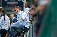 AMSTELVEEN - HOCKEY - Bloemendaal coach Jorge Nolte  tijdens de eerste competitiewedstrijd van het nieuwe seizoen tussen de vrouwen van Pinoke en Bloemendaal. COPYRIGHT KOEN SUYK