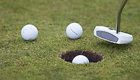 ALKMAAR - INSTRUCTIE met golfprofessional WIEBE GIESEN . Bal on de hole. COPYRIGHT KOEN SUYK