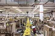 Piacenza, Castel San Giovanni, Amazon logistic center, Outbound: line di impacchettamento dei prodotti.