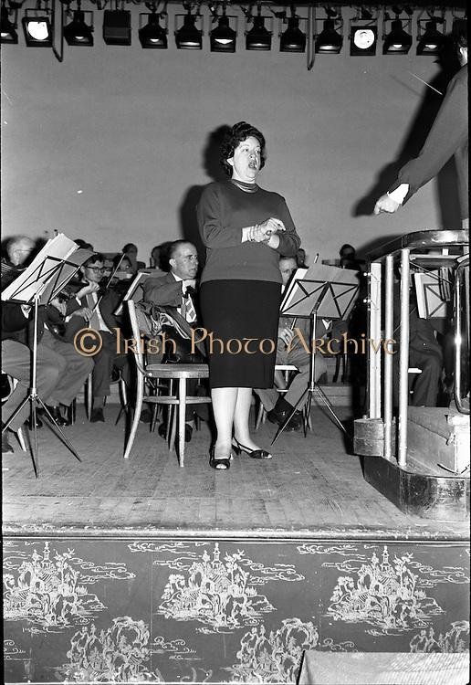 19/06/1963.06/19/1963.19 June 1963.Madame Astrid Varnay rehearsing with the Radio Eireann Symphony Orchestra at Francis Xavier Hall, Dublin.