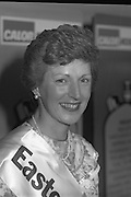 """Calor Kosangas Housewife of the Year - Dublin Regional Final.26/10/1982  26.10.1982..""""Calor Kosangas Housewife Of The Year 1982"""". Dublin Regional Final..The final was held in the Gresham Hotel,O'Connell St,Dublin. The winner was Mrs.,Deirdre Ryan,Derrypatrick,Drumree,Co Meath..Mrs Deirdre Ryan poses proudly."""