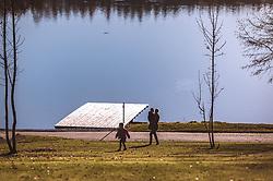 THEMENBILD - eine Mutter mit ihrem Kindern am Ufer an einem sonnigen Herbsttag, aufgenommen am 10. November 2018, Saalfelden am Steinernen Meer, Österreich // a mother with her children on the shore on a sunny autumn day on 2018/11/10, Saalfelden am Steinernen Meer, Austria. EXPA Pictures © 2018, PhotoCredit: EXPA/ JFK