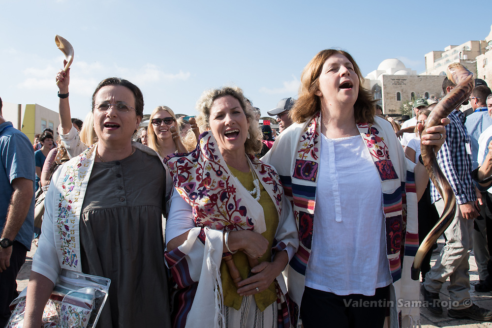 Jerusalem, Israel. 23rd August, 2017. Avigail Antman (L), Riki Shapira-Rosenberg (C) carrying the Torah scroll, and Anat Hoffman (R) singing at the Western Wall Plaza after the prayer of the Women of the Wall for Rosh HaHodesh Elul. © Valentin Sama-Rojo