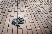 Nederland, Nijmegen, 6-4-2020 In de binnenstad van Nijmegen is het markt. Die is open, maar er zijn maar weinig klanten vanwege het advies thuis te blijven in deze coronadrisis, en ook veel marktkooplui zijn niet gekomen. Foto Flip Franssen