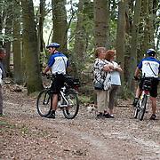 NLD/Huizen/20070807 - Politie ondervraagd wandelaars na vermissing van een vrouw bossen havenstraat Huizen