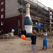 NLD/Huizen/20070418 -  Oplevering project Westhove parkeerterrein Radboud Huizen