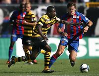 YBs Seydou Doumbia gegen Basels Benjamin Huggel © Giuseppe Esposito/EQ Images