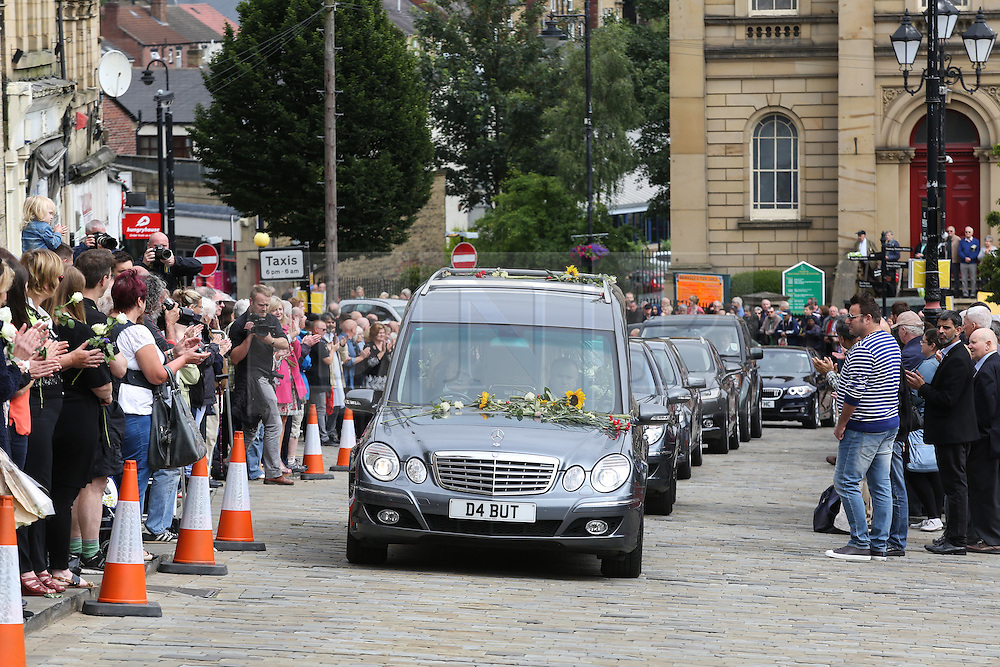 © Licensed to London News Pictures. 15/07/2016. Batley, UK. Jo Cox's funeral cortege passes through her hometown of Batley, West Yorkshire. The Labour MP was stabbed and shot in the street as she left her constituency surgery last month. Thomas Mair was arrested in connection with the murder and is set to face trial this year.  Photo credit : Ian Hinchliffe/LNP