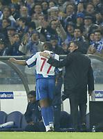 PORTO-25 FEVEREIRO:BENNI MACCARTHY#77 e o treinador JOSE MOURINHO no jogo F.C. Porto vs Manchester United F.C. primeira mao dos oitavos de final da Liga dos campeoes realizado no estadio do Dragao 25/02/2004.<br />(PHOTO BY:GERARDO SANTOS/AFCD)