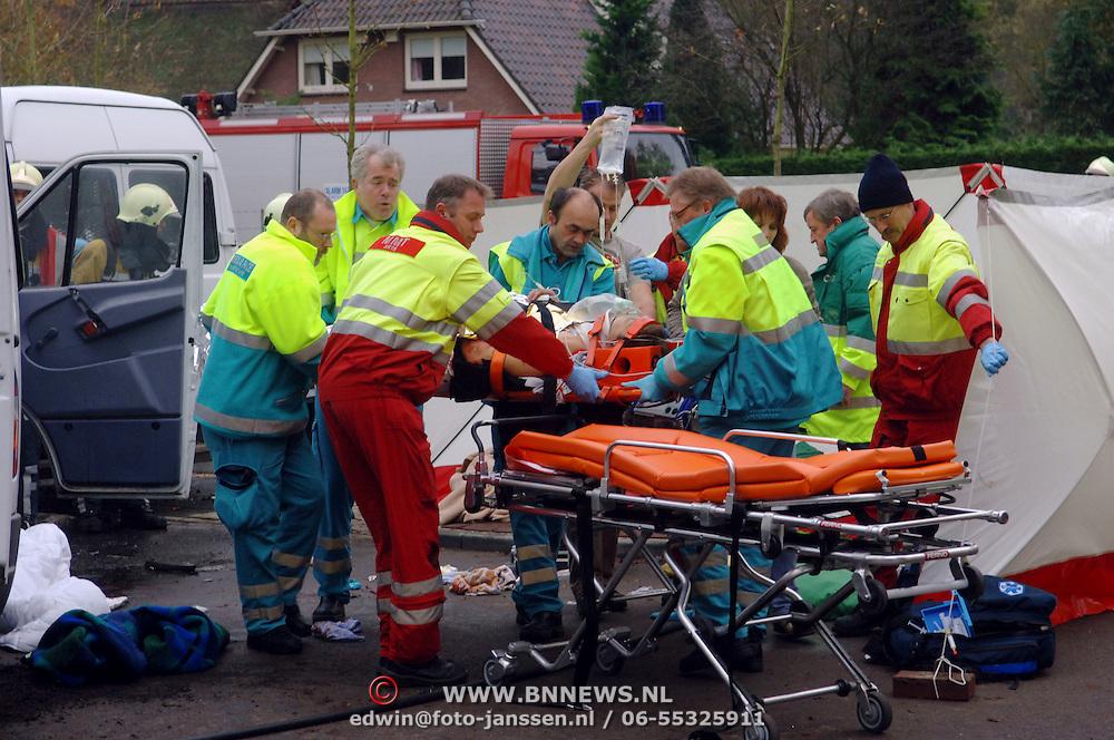 NLD/Huizen/20051122 - Busje ontploft van gehandicapten vervoer bij blindeninstituut Visio Huizen, bestuurder zwaargewond, bleek later een aanslag met een explosief te zijn, bom, bomaanslag, trauma, traumateam, traumaarts, infuus, brancard, slachtoffer