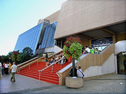 Frankrijk, Cannes, 30-8-2006..Mensen, toeristen zitten op de beroemde rode loper van het theater waar het filmfestival elk jaar plaatsvindt. Palais des festivals et des congres...Foto: Flip Franssen/Hollandse Hoogte