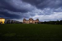 09 JUN 2005, BERLIN/GERMANY:<br /> Reichstagsgebaeude, Sitz des Deutschen Bundestages, Westseite, links: das Paul-Loebe-Haus, abends bei starker Bewoelkung<br /> IMAGE: 20050609-04-001<br /> KEYWORDS: Westportal, Bewölkung, Wolken, Wetter, dunkel, nacht, nachts, Reichstagsgebäude, Reichstag, Rasen